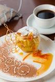 Gebakken appel met prachtig verfraaide honing Stock Foto's