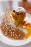 Gebakken appel met prachtig verfraaide honing Stock Afbeelding