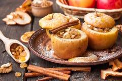 Gebakken appelen met rozijnen en noten royalty-vrije stock foto's