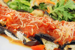 Gebakken aubergine die met tomaat en kaas wordt gevuld Royalty-vrije Stock Fotografie