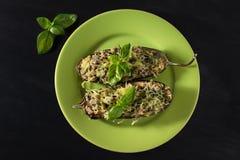 Gebakken aubergine met basilicum en kaas Stock Foto's