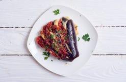Gebakken aubergine met tomaat stock afbeeldingen