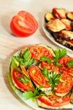 Gebakken aubergine met tomaten Stock Fotografie