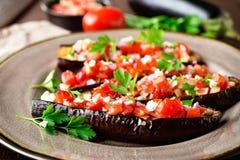 Gebakken aubergines met tomaten, ui en knoflook Gezond vegetarisch voedsel Royalty-vrije Stock Afbeelding