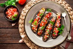 Gebakken aubergines met tomaten, ui en knoflook Gezond vegetarisch voedsel Stock Afbeeldingen