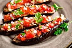 Gebakken aubergines met tomaten, ui en knoflook Gezond vegetarisch voedsel Stock Foto's