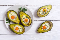 Gebakken avocado met eieren stock afbeeldingen