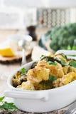 Gebakken bloemkool en broccoli met een saus van tahini in een witte ceramische plaat Royalty-vrije Stock Afbeeldingen
