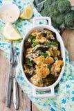 Gebakken bloemkool en broccoli met een saus van tahini in een witte ceramische plaat Stock Foto's