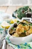 Gebakken bloemkool en broccoli met een saus van tahini in een witte ceramische plaat Stock Afbeelding