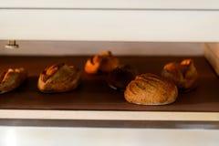 Gebakken brood in de oven royalty-vrije stock afbeeldingen