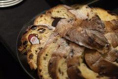 Gebakken brood op zwarte plaat met Santa Claus op lijst Stock Fotografie
