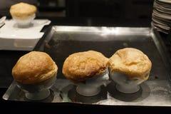 Gebakken brood in witte kom op zilveren dienblad in restaurant Stock Afbeeldingen