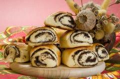 Gebakken broodje met papaverzaden op een houten raad. Stock Foto's