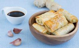 Gebakken broodjes die van filodeeg worden gemaakt Stock Foto's