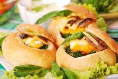 Gebakken broodjes gevuld spinazie en ei Royalty-vrije Stock Fotografie