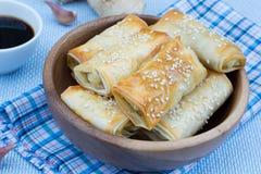 Gebakken broodjes met sesam Stock Afbeelding