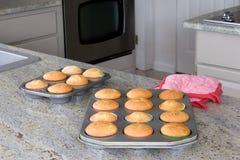 Gebakken cupcakes op de keukenteller Royalty-vrije Stock Foto's