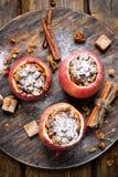 Gebakken die appelen met granola worden gevuld Royalty-vrije Stock Foto's