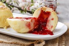 Gebakken die appelen met jam worden gevuld Royalty-vrije Stock Afbeelding