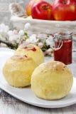 Gebakken die appelen met jam worden gevuld Royalty-vrije Stock Foto's