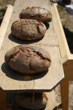 Gebakken die brood in een houten oven wordt gebakken royalty-vrije stock foto's