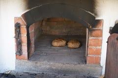 Gebakken die brood in een houten oven wordt gebakken royalty-vrije stock fotografie