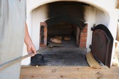 Gebakken die brood in een houten oven wordt gebakken stock afbeeldingen