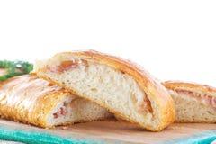 Gebakken die brood met kaas wordt gevuld stock fotografie
