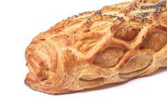 Gebakken die broodje met bladerdeeg met papaverzaden wordt bestrooid op witte achtergrond worden geïsoleerd stock afbeelding