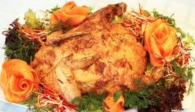 Gebakken die kip met verse groenten wordt verfraaid royalty-vrije stock foto