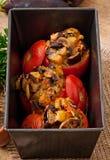 Gebakken die tomaten met aubergine en paddestoelen worden gevuld Royalty-vrije Stock Foto