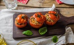 Gebakken die tomaten met kruiden worden gevuld Stock Afbeelding