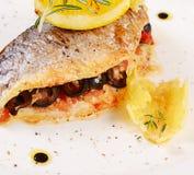 Gebakken die vissen met olijven worden gevuld Royalty-vrije Stock Fotografie
