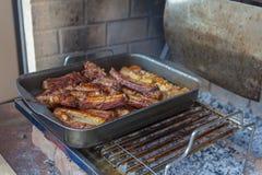 Gebakken die vleespan op de grill wordt gekookt royalty-vrije stock afbeelding