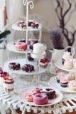 Gebakken donuts en minidonuts Stock Afbeeldingen