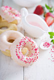 Gebakken donuts met roze glans Royalty-vrije Stock Fotografie