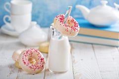 Gebakken donuts met roze glans Stock Foto's