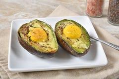 Gebakken eieren in de avocadohelften royalty-vrije stock fotografie
