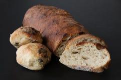 Gebakken enkel eigengemaakt brood met broodplakken en broodjes met zaden - rustieke kwaliteit met zuurdesem Mooie schilderachtige stock foto