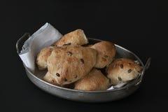 Gebakken enkel zuurdesem eigengemaakte broodjes met zaden die in oude antieke metaalmand liggen met servet - rustieke kwaliteit M royalty-vrije stock afbeelding