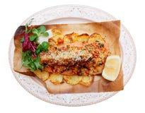 Gebakken forel met groenten, Italiaanse geïsoleerde schotel, stock fotografie