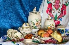 Gebakken fruit op de plaat, de droge vruchten en het witte brood met melk Royalty-vrije Stock Foto