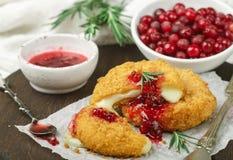 Gebakken of gebraden Camembert of Briekaas met Amerikaanse veenbes en rozemarijnsaus stock foto's