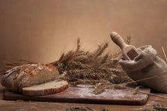 Gebakken goederen op houten lijst en bruine achtergrond Stock Foto