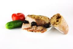 Gebakken ham met groenten en brood op een witte achtergrond Royalty-vrije Stock Foto's