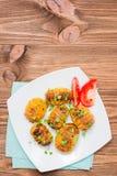 Gebakken jonge aardappels in kruiden en olie met arugula op een plaat Stock Afbeeldingen