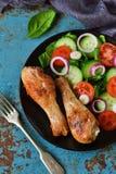 Gebakken kip met een bijgerecht van plantaardige salade Royalty-vrije Stock Foto