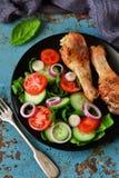 Gebakken kip met een bijgerecht van plantaardige salade Royalty-vrije Stock Afbeeldingen