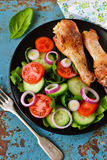 Gebakken kip met een bijgerecht van plantaardige salade Stock Foto's